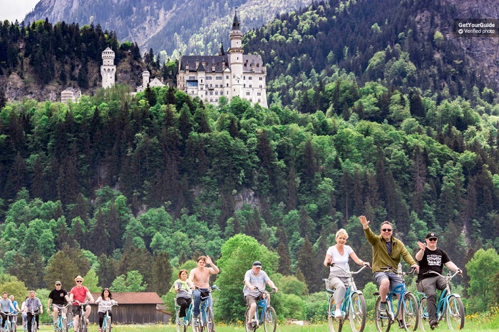 Neuschwanstein Castle Luxury bus and Bike tour from Munich