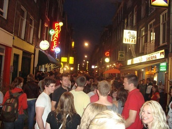 Get drunk at the Ultimate Party Pub Crawl